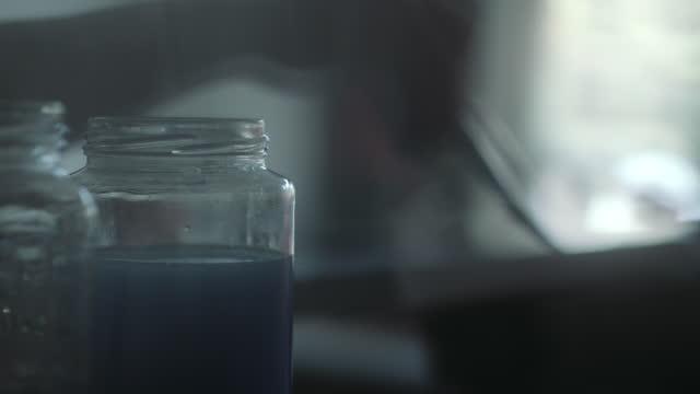 tvättpenslar i svagt upplyst verkstad - 50 sekunder eller längre bildbanksvideor och videomaterial från bakom kulisserna