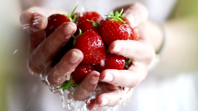 washing strawberries by hand, slow motion   fo - 清新 個影片檔及 b 捲影像