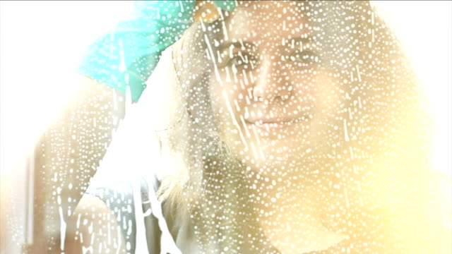 vídeos de stock, filmes e b-roll de hd: lavando as janelas - pureza