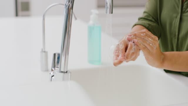 vidéos et rushes de laver avec du savon est la meilleure façon de se débarrasser des germes - doigt humain