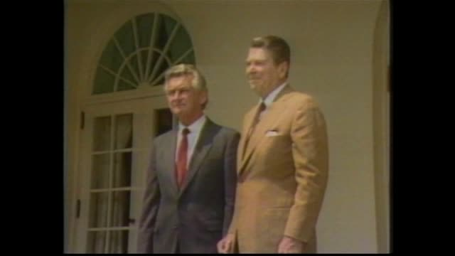 bob hawke's car pull up to the white house military guard of honour / president ronald reagan and hawke walk / 2 shot photo call hawke and reagan /... - ronald reagan präsident der usa stock-videos und b-roll-filmmaterial