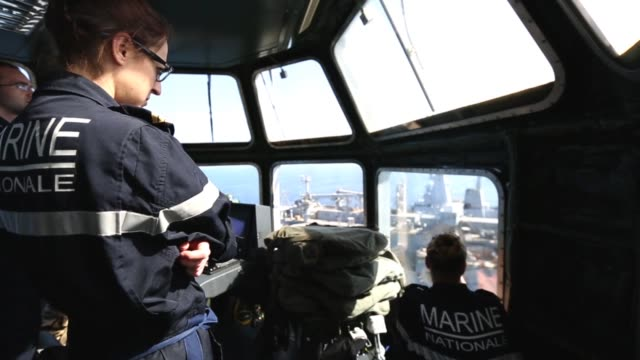 vídeos de stock, filmes e b-roll de washington chambers conducts replenishmentatsea operations with french navy mistralclass amphibious assault ship lhd tonnerre in support of alligator... - veículo anfíbio