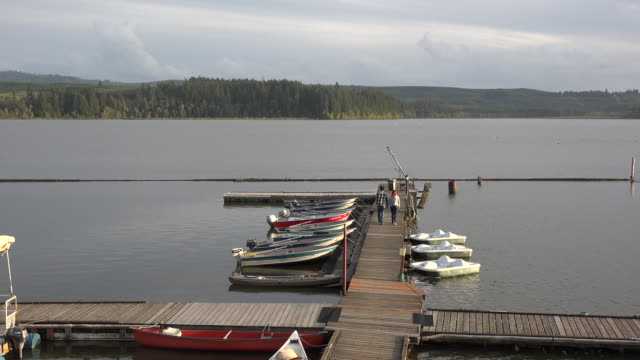 stockvideo's en b-roll-footage met washington couple on dock - waterfiets
