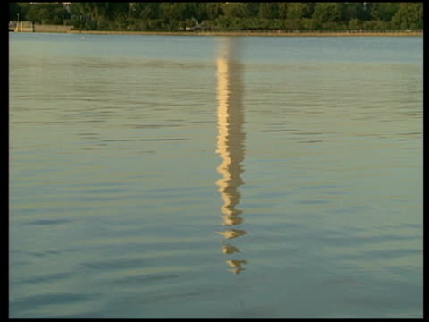 vidéos et rushes de buildings and monuments i water reflection of washington memorial tilt up to building itself / close up on jefferson memorial with statue of thomas... - thomas jefferson