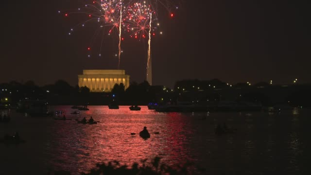 washington dc fireworks with the lincoln memorial and kayakers in the foreground - smithsonian institution stock videos & royalty-free footage
