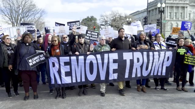 anti president donald trump activist march toward the united states capitol in washington dc as the us senate impeachment trial activists demand... - usa:s senat bildbanksvideor och videomaterial från bakom kulisserna