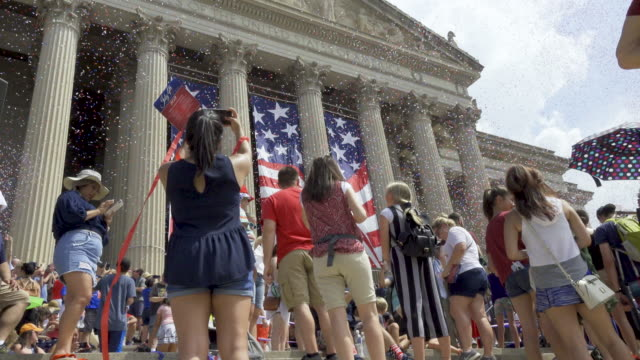 stockvideo's en b-roll-footage met national archives of the united states national independence day parade via constitution avenue along the national mall from 7th to 17th street - national archives washington dc