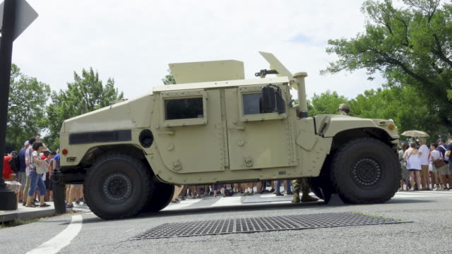 stockvideo's en b-roll-footage met national independence day parade via constitution avenue along the national mall from 7th to 17th street - hummer