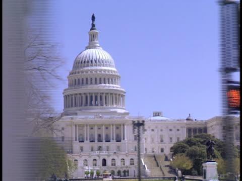 vidéos et rushes de side pov, usa, washington, d.c., passing united states capitol - style néoclassique