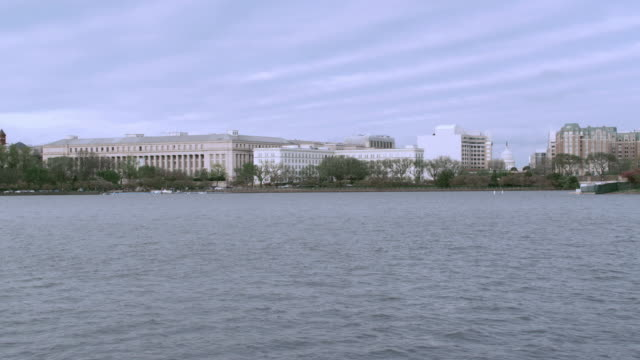 ws washington, d.c. skyline across the potomac river featuring the smithsonian institution / united states - smithsonian institution stock videos & royalty-free footage
