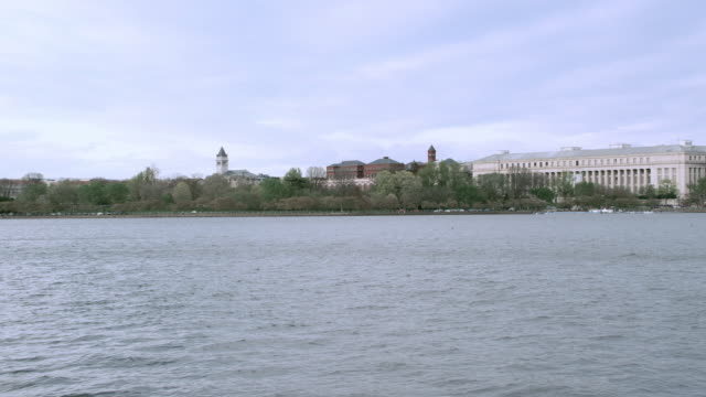 vidéos et rushes de ws washington, d.c. skyline across the potomac river featuring the smithsonian institution / united states - smithsonian institution