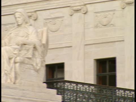 cu, pan, usa, washington, d.c. statue in front of supreme  supreme court building - コンテンプレーションオブジャスティス像点の映像素材/bロール