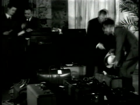vidéos et rushes de washington dc street traffic pedestrians int ms luggage in hotel lobby receptionists dramatization vs texas man talking to hotel manager 'didn't know... - 1941