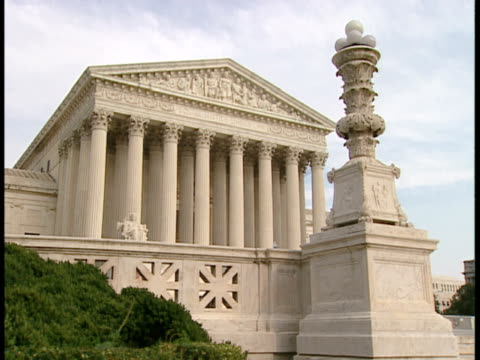 ms, usa, washington, d.c. supreme court building - placca di montaggio fissa video stock e b–roll