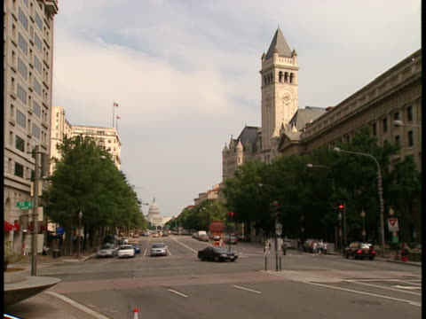 ms, usa, washington, d.c., traffic on street, capitol building in background - placca di montaggio fissa video stock e b–roll