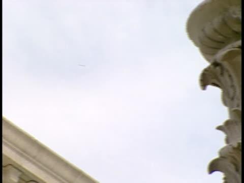 cu, pan, usa, washington, d.c. tympanum of supreme court building - frontgiebel stock-videos und b-roll-filmmaterial