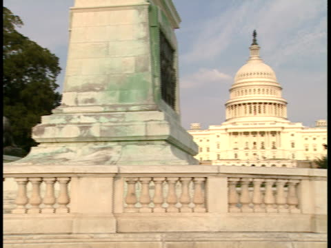 stockvideo's en b-roll-footage met ws, pan, usa, washington, d.c., united states capitol, banister and lions statues in foreground - neoklassiek