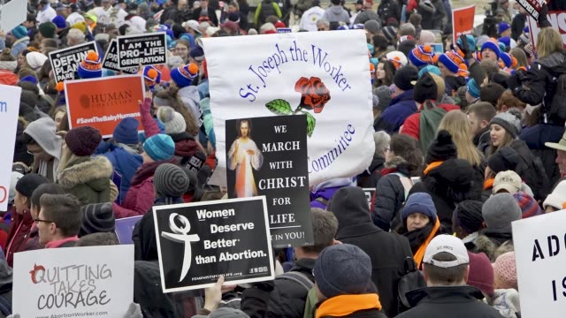 vídeos de stock, filmes e b-roll de washington dc united states – january 18 2019 46th annual march for life in washington dc the march for life is an annual rally protesting both the... - atlântico central eua