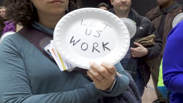 vídeos de stock, filmes e b-roll de washington dc united states – january 23 2019 the silent protest and paper plates symbolize federal worker families forced to visit food banks for... - atlântico central eua