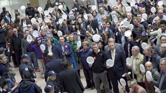 washington dc, united states – january 23, 2019: the silent protest and paper plates symbolize federal worker families forced to visit food banks for... - 労働組合点の映像素材/bロール