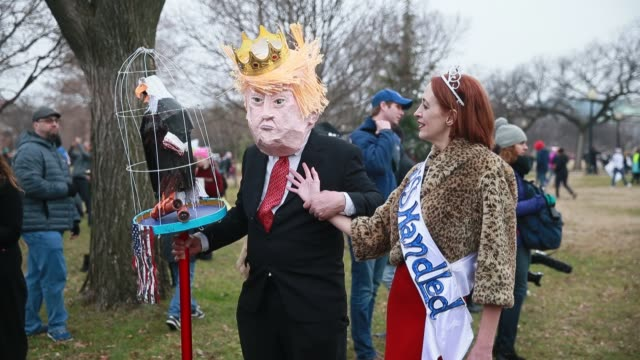 "vídeos de stock, filmes e b-roll de washington d.c., usa: a man dressed as donald trump and a woman, wearing the word, ""misshandled"" stand on the ellipse near the white house during the... - 2017"