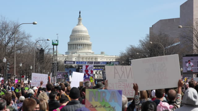 vídeos de stock, filmes e b-roll de protesters participate in the march for our lives rally on march 24 2018 in washington dc more than 800 march for our lives events organized by... - march for our lives