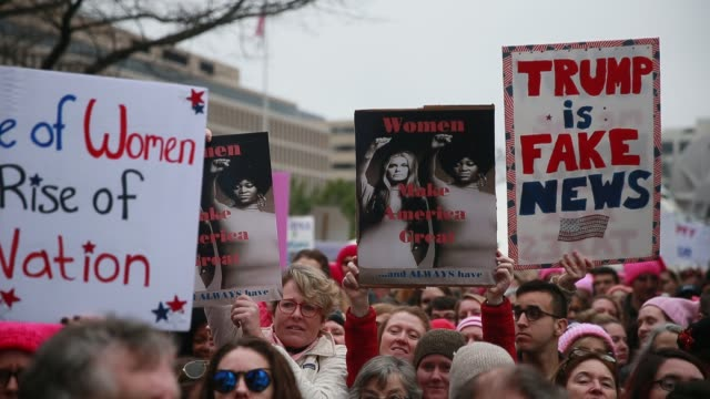 vídeos de stock, filmes e b-roll de women and men listen to speakers before the start of the women's march in washington dc more than 500000 women's march participants marched in the... - 2017