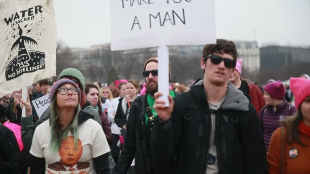 vídeos de stock, filmes e b-roll de women and men march in the ellipse near the white house during the women's march on washington more than 500000 women's march participants marched in... - 2017
