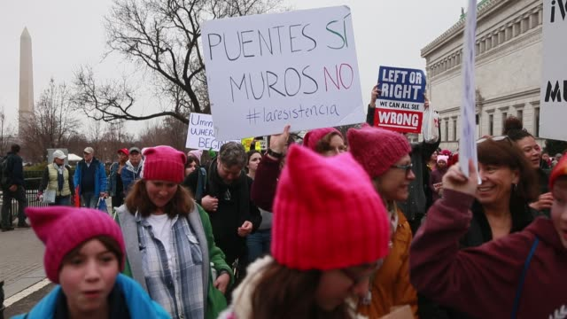 vídeos de stock, filmes e b-roll de washington d.c., usa: women and men participating in the women's march on washington fill a street near state place and 14th street near the white... - 2017