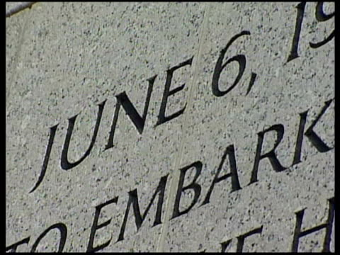 war memorials; various shots of general eisenhower's d-day quote engraved in the memorial granite / more of tourists at wwii memorial - good shots /... - monumento ai caduti monumento commemorativo video stock e b–roll