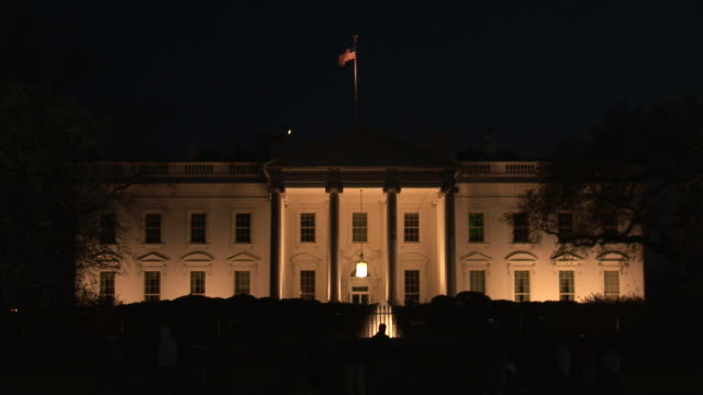 washington dcview of white house at night in washington dc united states - la casa bianca washington dc video stock e b–roll