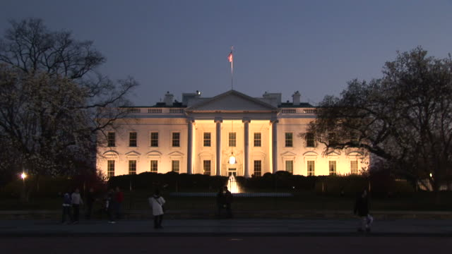 washington dcwhite house at magic hour in washington dc united states - ワシントンdc ホワイトハウス点の映像素材/bロール