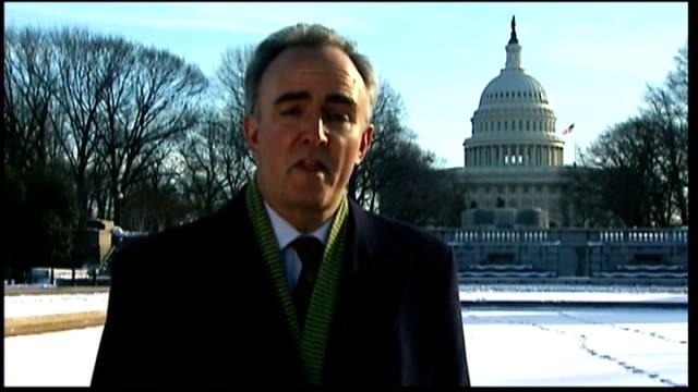 vídeos y material grabado en eventos de stock de ext close shot of dome of capitol building reporter to camera - edificio del capitolio washington dc