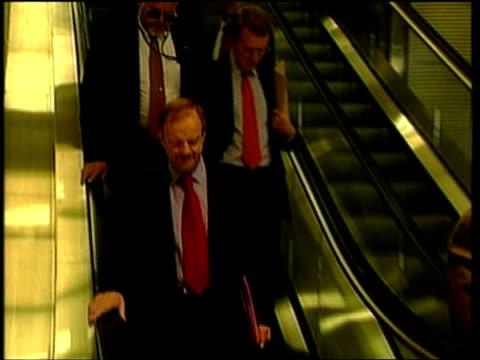 washington int british foreign secretary robin cook mp and others down escalator tilt down and along pan - ロビン クック点の映像素材/bロール