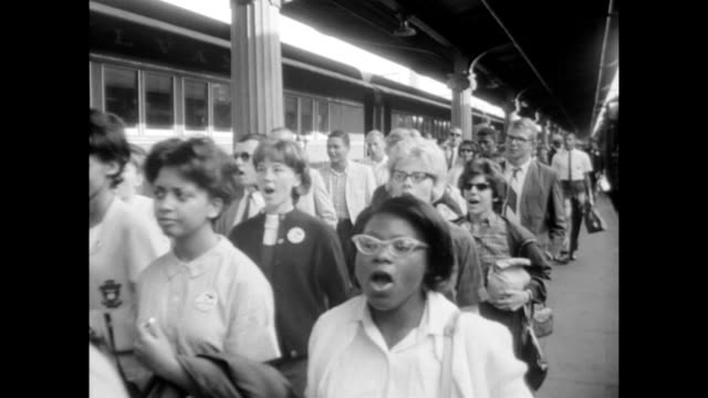 vídeos de stock e filmes b-roll de / washington mall at dawn / aerials / train arriving into station demonstrators disembark and sing 'we shall not be moved' people arrive for the... - 1963