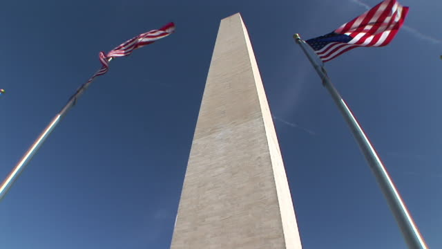 stockvideo's en b-roll-footage met ms, la, washington monument and american flags, washington dc, washington, usa - monument