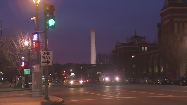 vidéos et rushes de washington monument and street, evening, usa - feu de signalisation pour véhicules