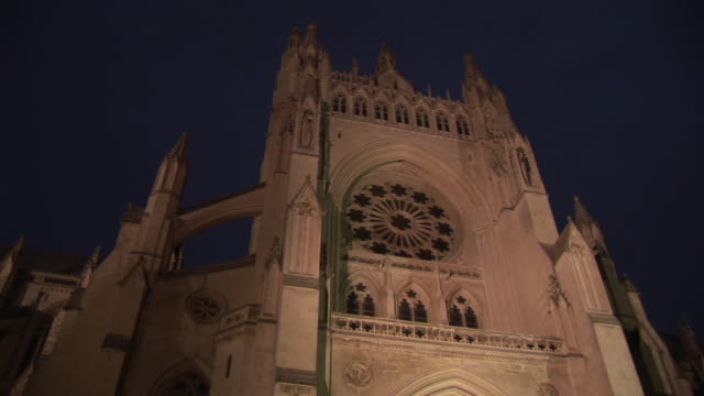 la, ms, zi, washington national cathedral at dusk, washington dc, washington, usa - kirchturmspitze stock-videos und b-roll-filmmaterial