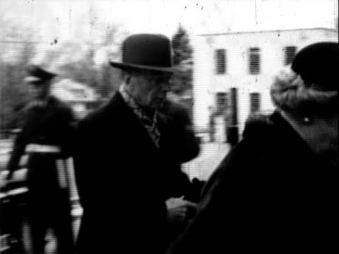 washington national cathedral / truman family arriving at washington national cathedral / pallbearers carrying casket draped with the american flag... - in front of点の映像素材/bロール