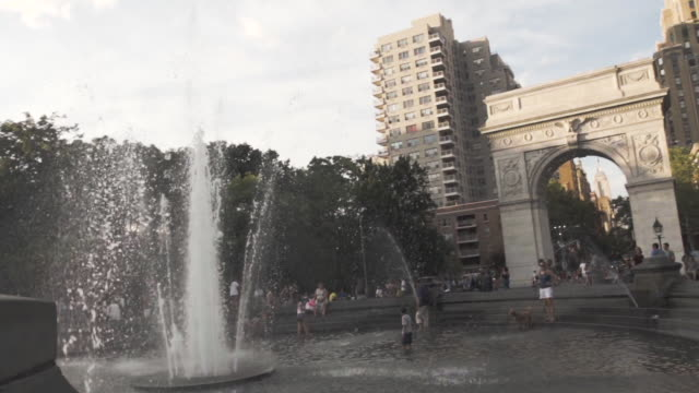 washington square park - establishing shot - new york city - summer 2016 - courtyard stock videos & royalty-free footage