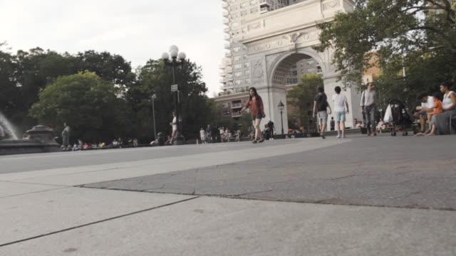 washington square park - establishing shot - new york city - summer 2016 - new york university stock videos & royalty-free footage