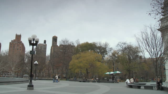 ws pan washington square park / new york city, new york, usa - courtyard stock videos & royalty-free footage