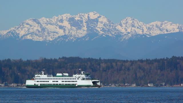 ws washington state ferry on elliott bay, snow capped mount olympus in background, washington, usa - elliott bay bildbanksvideor och videomaterial från bakom kulisserna