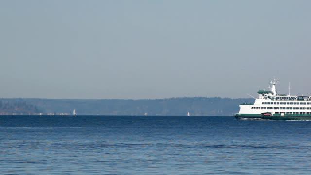 ws washington state ferry on elliott bay, washington, usa - elliott bay bildbanksvideor och videomaterial från bakom kulisserna