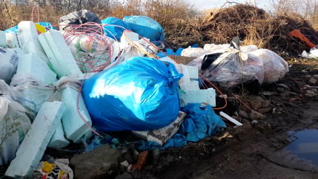 vídeos y material grabado en eventos de stock de residuos después de la construcción de edificios. desbordamiento de contenedores. contaminación del ambiente. - contenedor para la basura