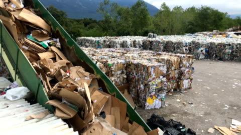 stockvideo's en b-roll-footage met afval compactor op een topos - recycling
