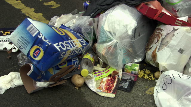 vidéos et rushes de waste dumped messily in a lane - aliments et boissons
