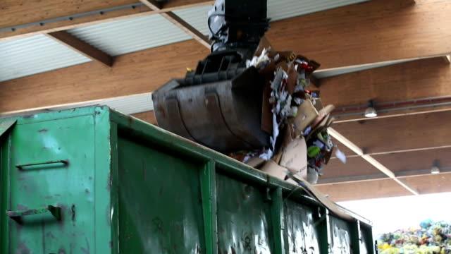 abfall geladen in einem container-pan - container stock-videos und b-roll-filmmaterial