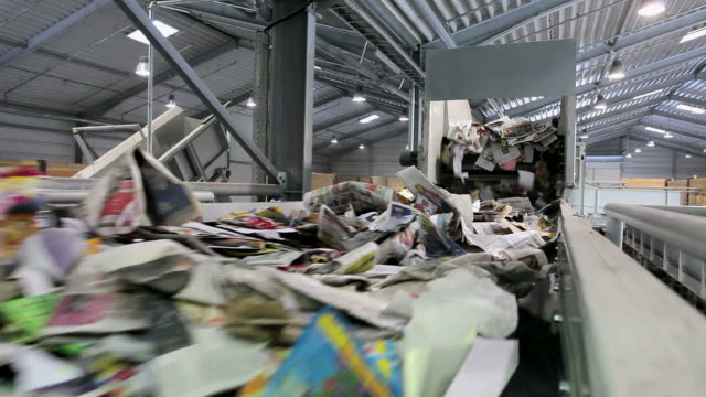 vidéos et rushes de ms waste paper recycling in paper mill / glueckstadt, schleswig-holstein, germany - objet en papier