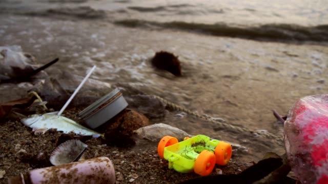 waste pollution on beach - paglia video stock e b–roll